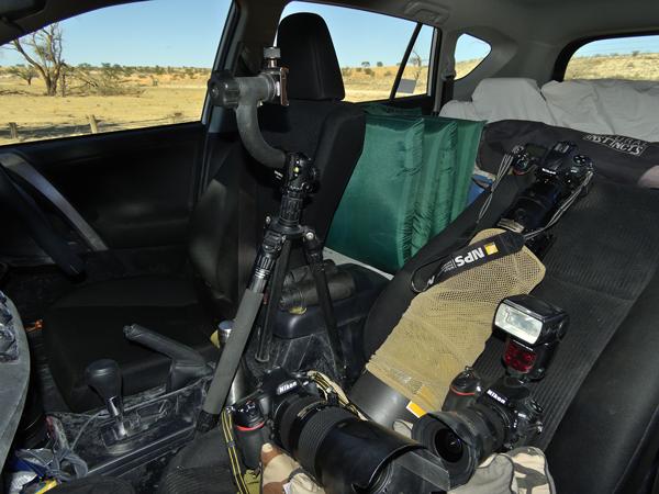 南アフリカとボツワナにまたがるカラハリ砂漠で撮影を行った際の撮影機材。<br>基本的にすべてを助手席の上に置きっぱなしにする。