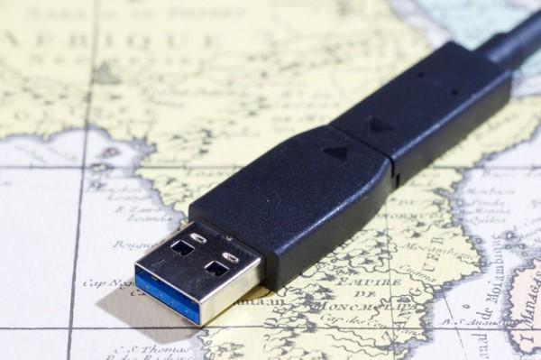 こうしてアダプタを装着すると従来のUSB端子でも使える。USB 3.1 Gen2対応の端子なら高速な転送が可能だ