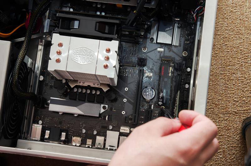 このSSDは2280サイズ(幅22mm×長さ80mm)という大きさの製品ですが、マザーボード側に2280サイズのカードを固定するためのネジ穴が用意されているので、これを利用して固定します