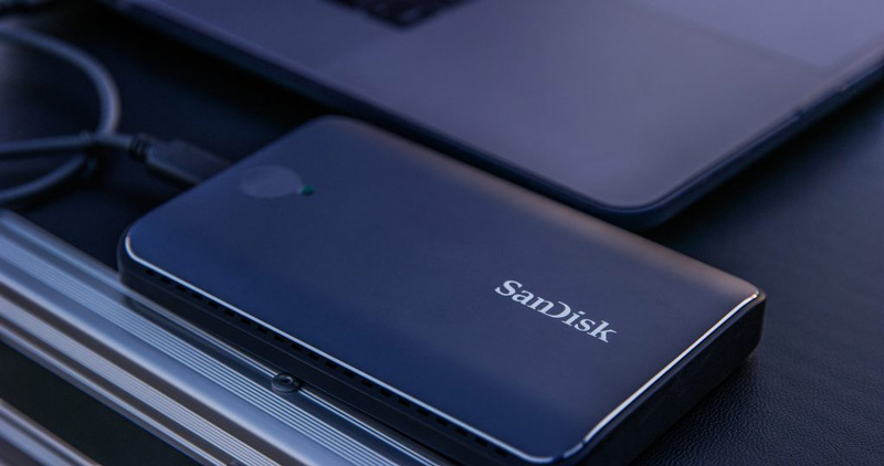 ▲サンディスク エクストリーム900 ポータブルSSD。筐体は小型軽量かつ薄型で、電源が不要。