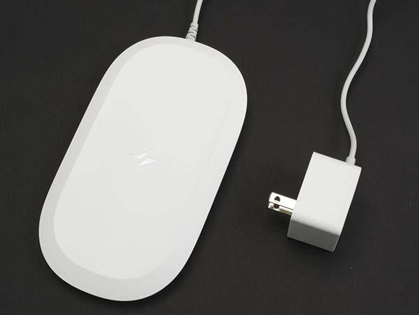 iXpand ワイヤレスチャージャーの見た目は、一般的なワイヤレス充電台とほぼ同じだ