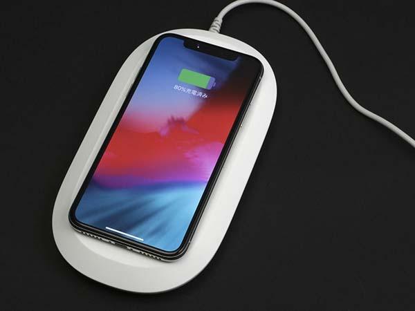 最新のiPhoneやAirPodsなどワイヤレス充電の標準規格Qiに対応した機器を載せると、最大10W出力で高速に充電できる