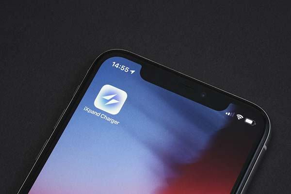 まずは、クイックスタートガイドや本体背面のQRコードを読み込んで「iXpand Charger」アプリをインストールする