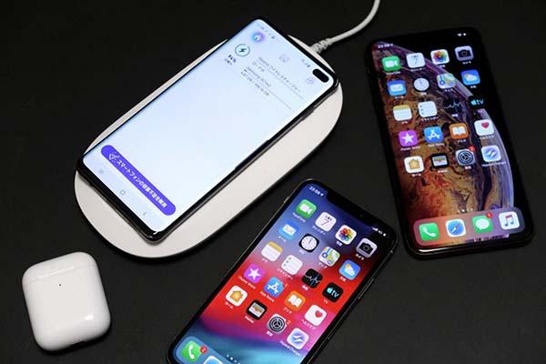 家族の複数のスマートフォンをバックアップ。ワイヤレス充電対応なら、iPhoneでもAndroidスマートフォンでも充電とバックアップが可能だ