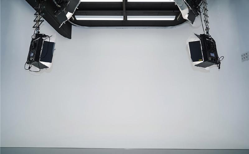 ▲音楽ライブではHD収録が中心だが、カメラの台数が10台に及ぶことも。写真下は撮影後のSDカード。パーマセルでどのカメラの素材かメモしている。<br /> 素材量が膨大になるためオンラインでの納品が難しく、バックアップしたSSDを郵送で納品することもある。衝撃に強いSSDはそんな場面でも安心感があるという。