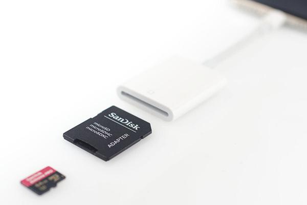 microSDと変換アダプターを使えば、iPhoneやiPadでもデータをやりとりできる