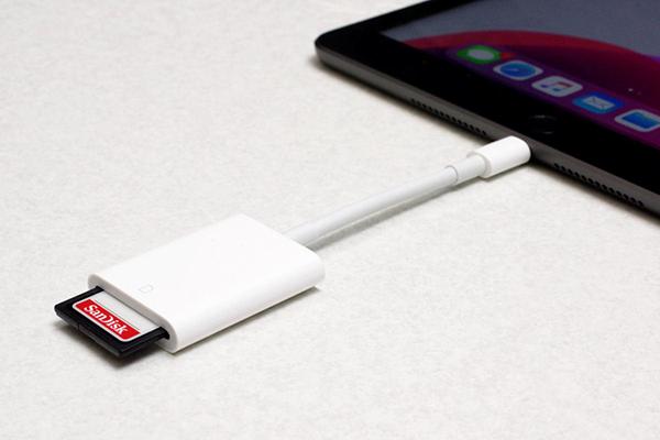 iPhone/iPadにカードリーダーを接続して、SDメモリカードを挿入する
