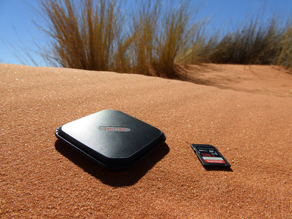 高速、大容量かつ耐衝撃性、耐熱性にも優れたサンディスク エクストリーム 500 ポータブルSSD 1TB とサンディスク エクストリームプロ SDXC UHS-II SDカード 128GB。<br>アウトドアで写真を撮る者の心強い味方だ。