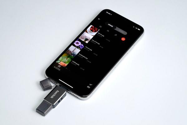iXpand Driveを使うと、iXpand Compact内の写真とiPhone内の写真のどちらにもアクセスできる