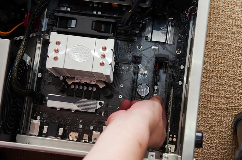 このマザーボード(ASUS PRIME H370M-PLUS)はM.2スロットを2基備えていますが、写真左のスロット1はPCI Express 3.0 x2モードまでのサポートなので、右のx4モードまで対応するスロット2に装着します