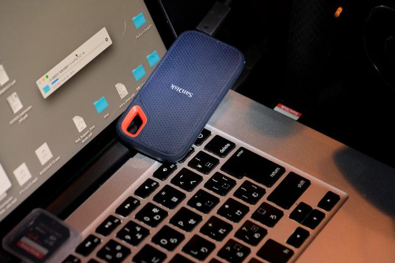 ▲ 今回バックアップに使用したのは5月に発売されたばかりの新製品、サンディスク エクストリーム ポータブルSSD。コンパクトな新デザインでUSB3.1 Gen2の高速転送に対応。IP55の防滴・防塵性能を備え、最大2mの落下にも耐える衝撃と振動に強いタイプなので、屋外や車の中での使用も安心。容量は250GB、500GB、1TB、2TBの 4種類がある。