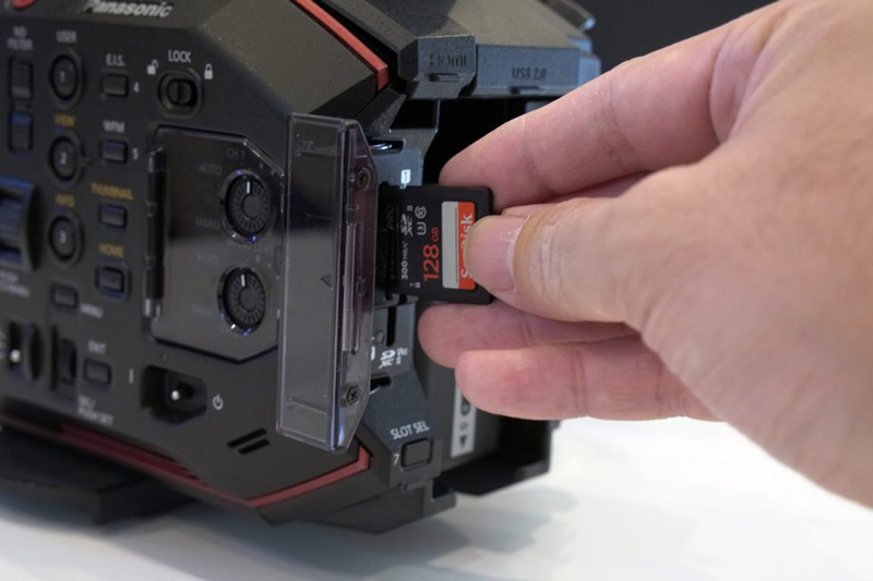 ▲一眼カメラ、アクションカム、ドローン、レコーダー、映像制作をしていて、気づいてみると我々の周りにはSDカードが必要な機材が溢れている。みなさんがSDカードに求める条件は何だろう? 容量? 速度? 価格? いや、一番に求めるものは「安心感」ではないだろうか? 筆者はSDカードをはじめとして、CFカード、SSD、ポータブルストレージ、USBメモリなどの記録メディアは長い間サンディスクを愛用している。