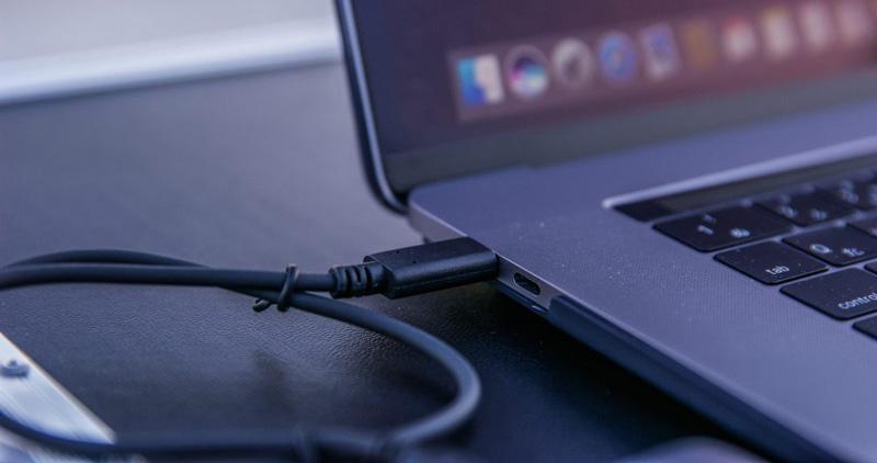 ▲最新MacBook ProのThunderbolt 3はUSB-C(3.1)と互換があり、付属のケーブルでエクストリーム900 ポータブルSSDと接続。