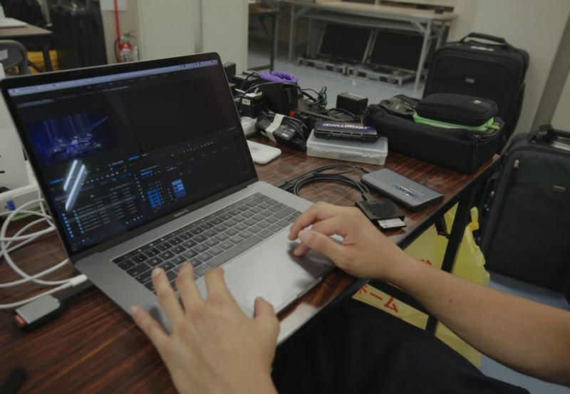 ▲ 撮影現場でカードからエクストリーム900にデータをコピーしているところ。今回はMP4 素材もSDカードにあるので同じSSDに日付のフォルダを作り素材をまとめた。