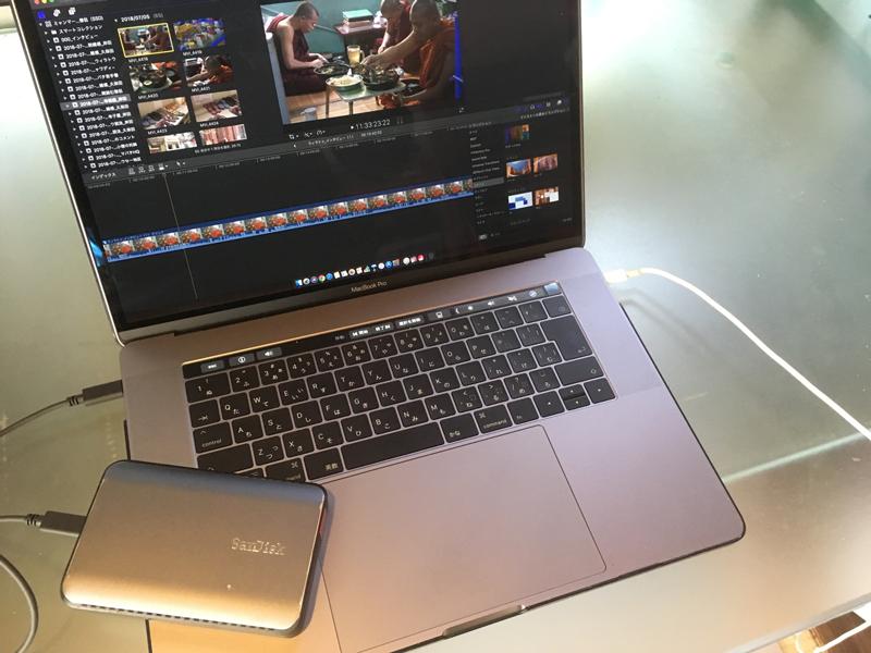 ▲外出時やロケ先ではMacBook Pro15(2017)とエクストリーム900 だけで編集を行う。編集ソフトは、外部のスタッフとの連携やクライアントの指定がある場合は、Premiere Pro を使うが、指定がなければFinal Cut Pro Xを使って編集することが多い。データの取り込み時に、取材案件ごとのライブラリを作成し、撮影日や内容ごとに素材を分けて整理する。母艦のRAIDストレージにも同じライブラリを保管しておき、XMLデータのやり取りで行き来できるようにしている。