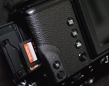 カメラのスロットにはいつでもサンディスクのメモリーカード。容量は64GBを使うことが多い。