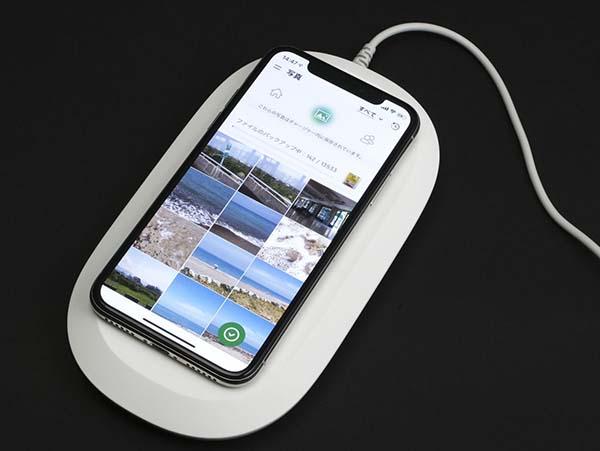 ワイヤレス充電台に置くだけで、スマートフォンの画像やビデオ、連絡先のバックアップを取れるのが特徴だ