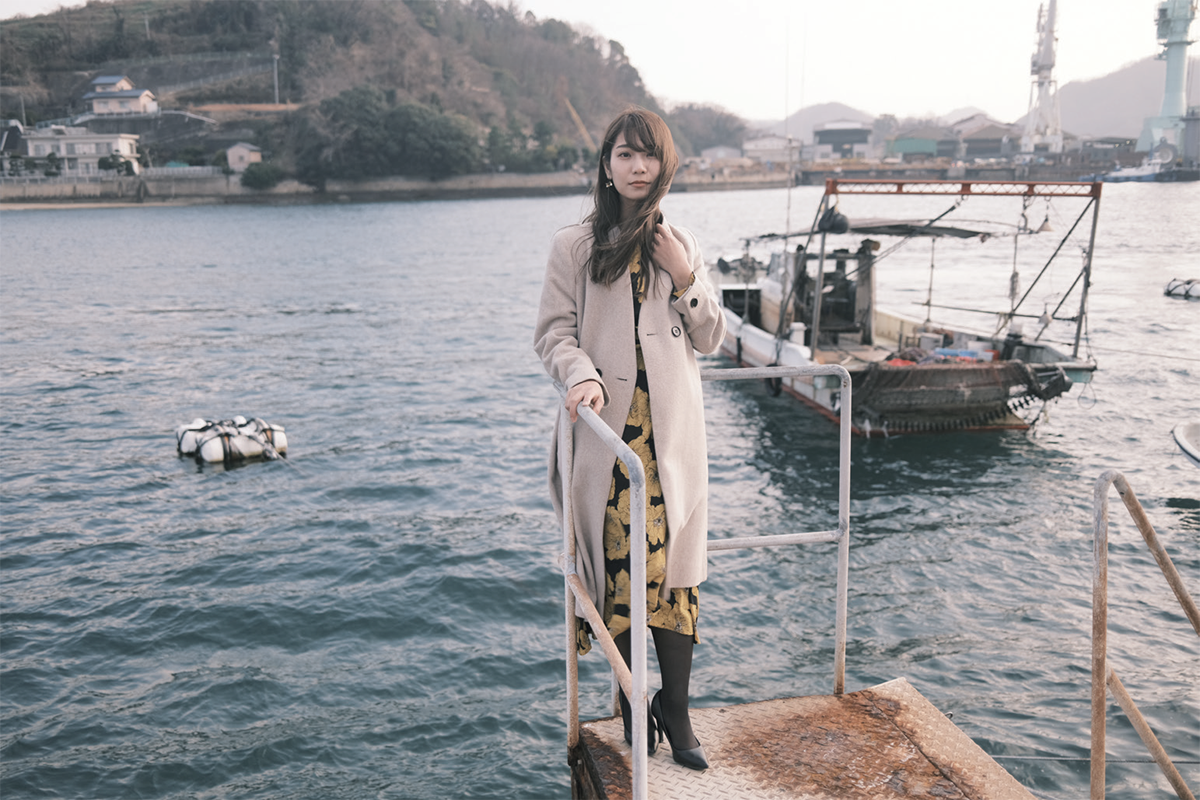 穏やかな尾道の海。彼女が手すりにもたれた瞬間、ふわっと風が吹いた。<br /> 少しなびく髪と波に揺れる船、逃すことなくシャッターを切ることができた。<br /> model : naoko