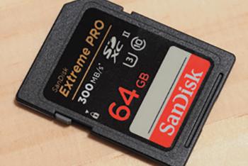 読取り最大300MB/秒、書込み最大260MB/秒の高速性能を誇るサンディスクエクストリームプロSDXC UHS-Ⅱカード。防水、耐温度、耐衝撃、耐X線など信頼性も高い。