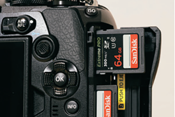 万が一に備えて、バックアップ用のスロットにもサンディスクエクストリーム プロ カードを挿入している。