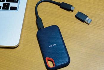 筆者のパソコン環境は、USB Type-Cに対応しているデスクトップと、USB Type-Aのポートのみ装備する取材用ノート。<br /> 本製品にはUSB Type-Cケーブルと、Type-Aへの変換アダプタが付属しているので、ポートの異なる複数のパソコンでの使用も安心。