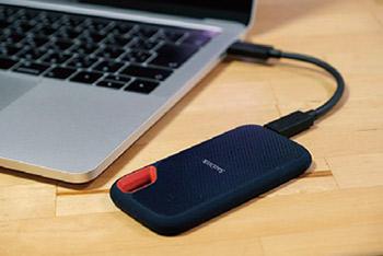 コンパクトなサイズは、仕事に使用しているMacBook Proに繋いでもかさばらず、相性が良い。